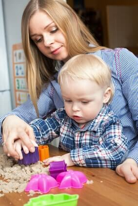 mutter-kleinkind-spielen-kinetic-sand